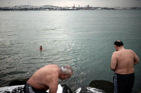 """""""Sarayburnu Fatihleri"""" dondurucu soğuğa aldırmadan denize girdi"""