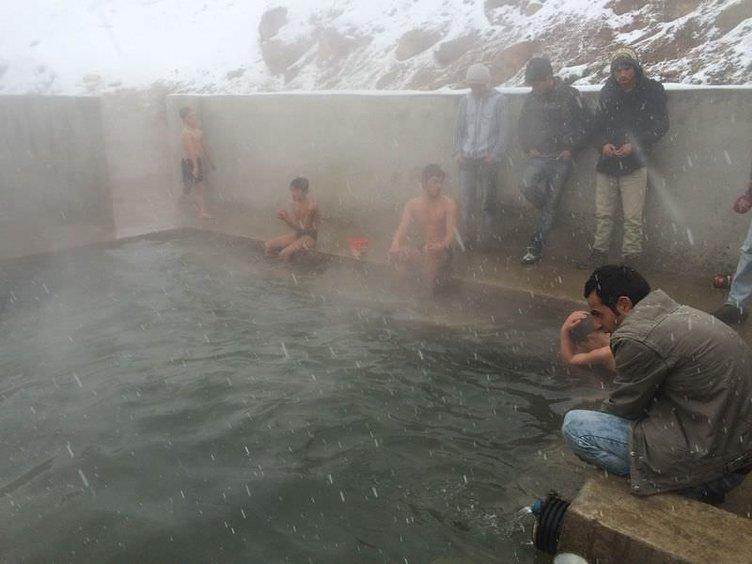 Dondurucu soğukta sıcak su keyfi