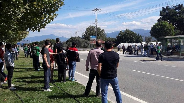 Sakaryaspor ile Eskişehirspor taraftarı birbirine girdi