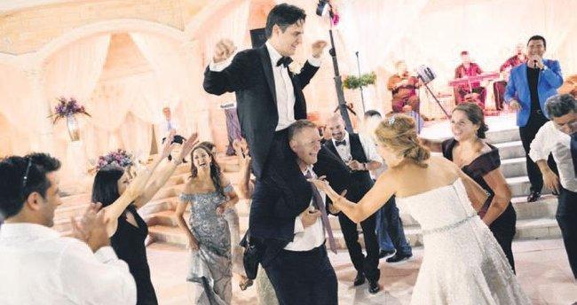 Amerikalıların düğününde deve güreşi yaptırdı
