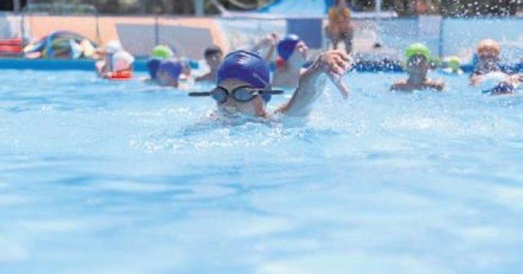Denizlili çocuklar havuzlara koştu