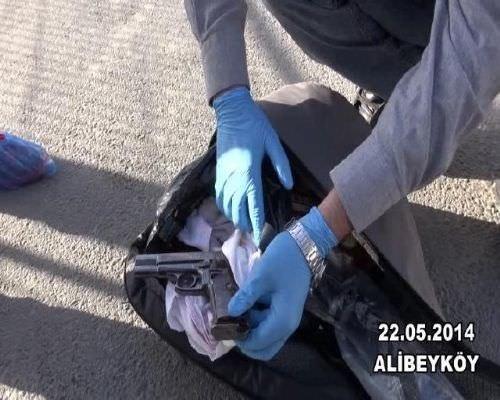 Bağlama çantasından pompalı tüfek ve tabanca çıktı