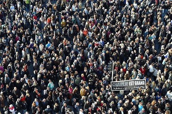 Fransa'da yüz binler sokaklara döküldü