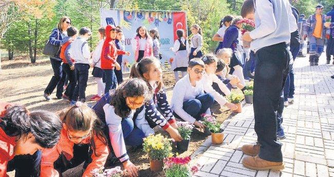 Minik eller okul bahçelerini çiçeklendirdi