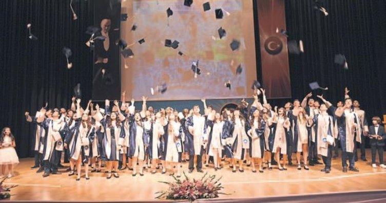 Özel Ege Lisesi'nde mezuniyet coşkusu