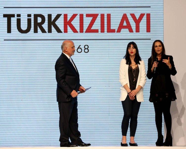 Helin Avşar'dan Türk Kızılayı yararına defile