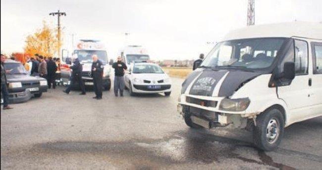Kurs servisi ile otomobil çarpıştı, 6 kişi yaralandı