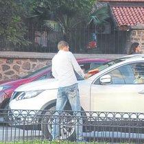 Zorla araçların camını silip, haraç kesiyorlar