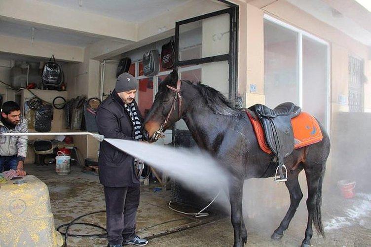 Karda bindiği atını oto yıkamacıya götürdü