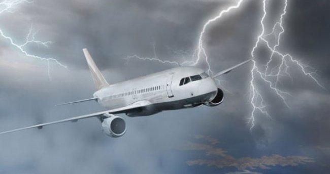Atatürk Havalimanı'na inmeye hazırlanan iki uçağa yıldırım çarptı!