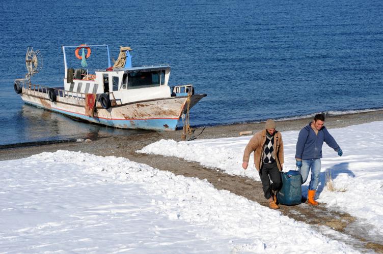 Van Gölü'nde kış balıkçılığı