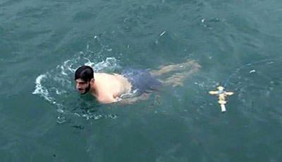 Dondurucu soğukta denize atladılar