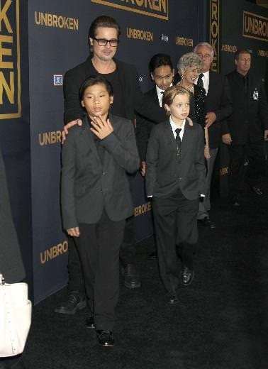 Takım elbiseli Shiloh Jolie Pitt