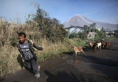 Endonezya'da volkan patlaması hayatı felç etti