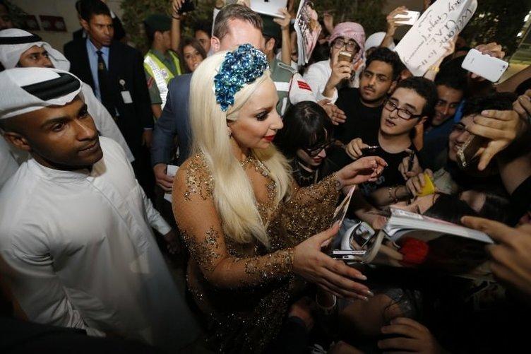 Lady Gaga bu kez kapalı giyinecek