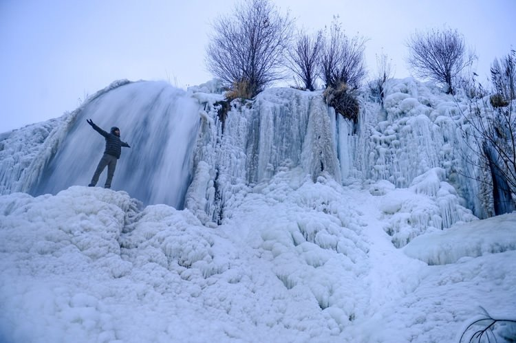 Muradiye Şelalesi buz tuttu