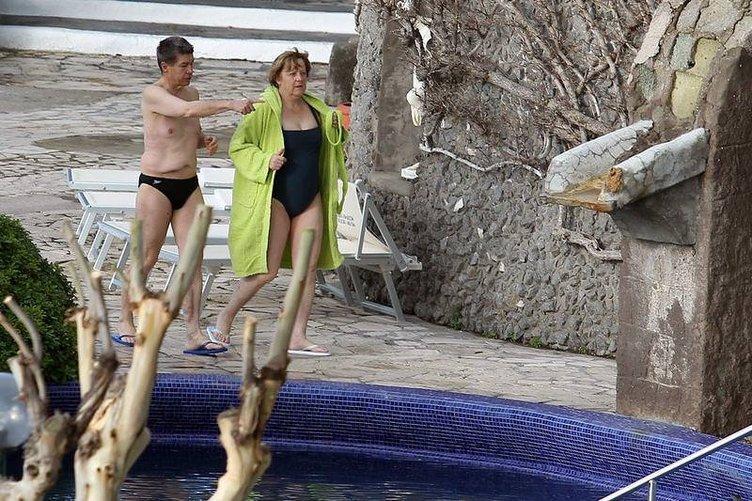 Merkel İtalya'da mayolu görüntülendi