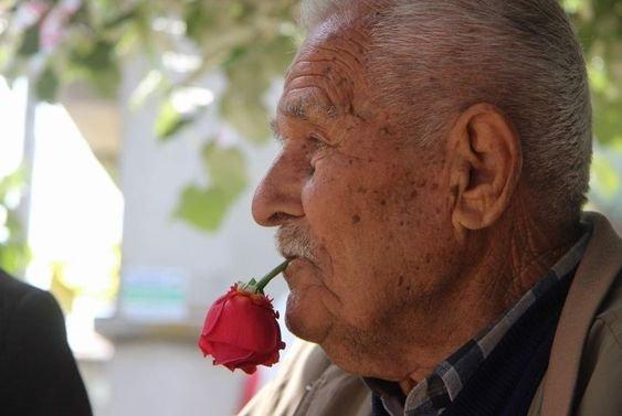 59 yıldır ağzında gülle dolaşıyor