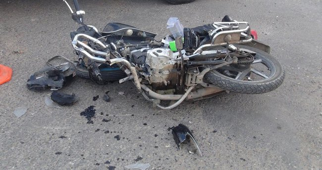 Motosiklet ata çarptı: 2 yaralı
