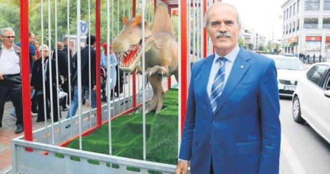 Dev dinozorlar Bursa caddelerinde