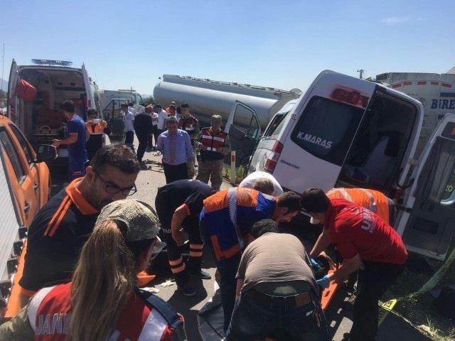 Yolcu minibüsü tankere çarptı: Ölü ve yaralılar var