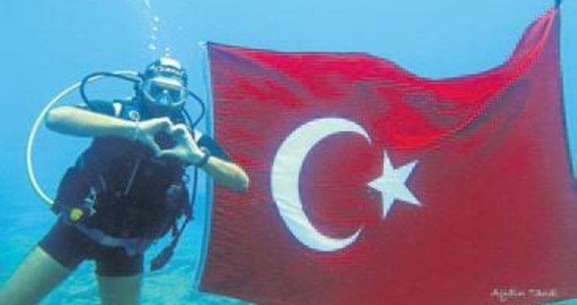 Denizin dibinde 93 yıla 93 bayrak