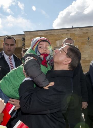 Başbakan çocuklarla birlikte Anıtkabir'de