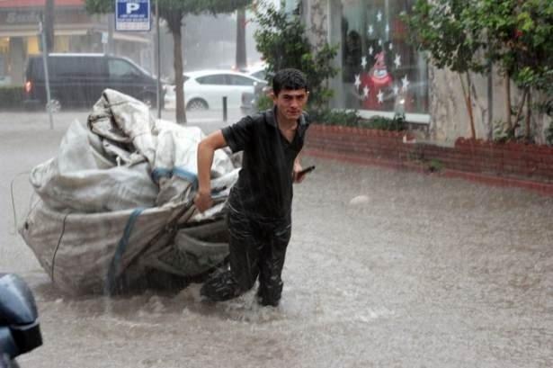 Adana yağışa teslim oldu