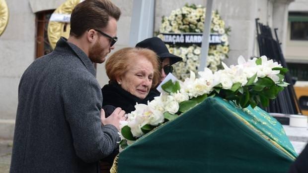 Kerem Bürsin dedesini son yolculuğuna uğurladı