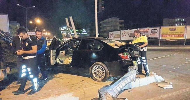 İki araba çarpıştı ölümden döndüler