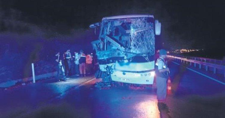 Yolcu otobüsü kamyona çarptı