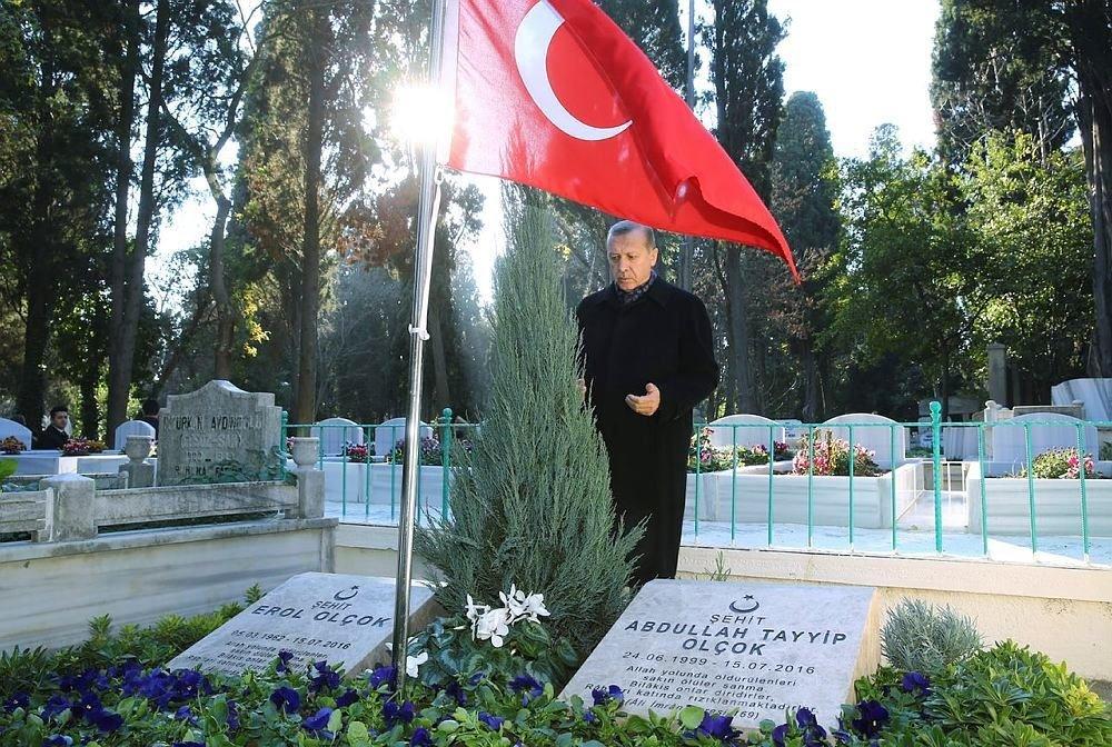 Cumhurbaşkanı Erdoğan anne ve babasının kabrini ziyaret ett