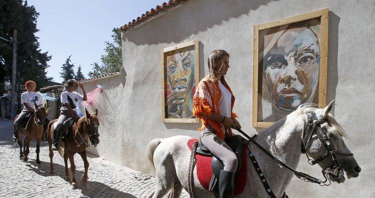 Urla'da yaşayan 3 kız arkadaş atlarla dolaşıyor