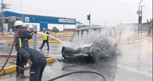 Seyir halindeki ticari araç yandı