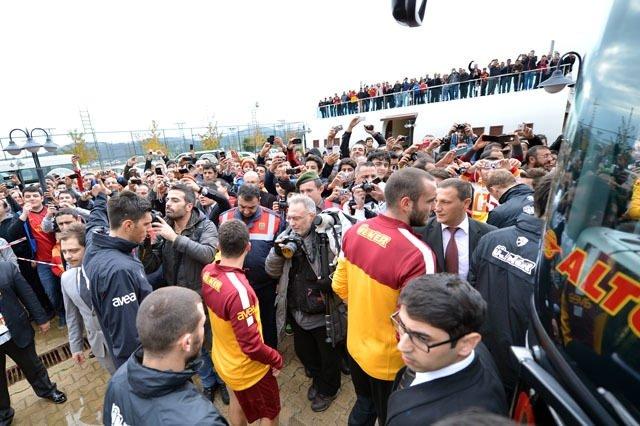 Galatasaray idmanında imza izdihamı