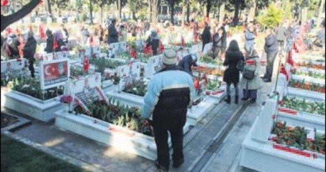Şehitler Edirnekapı'da anıldı