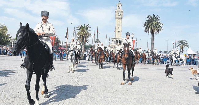 İzmir'de kol kola kurtuluş coşkusu