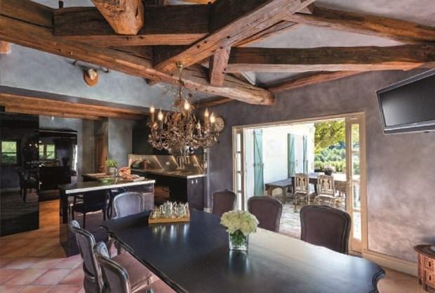 Beckham çiftinin hayaletli evi satıldı !