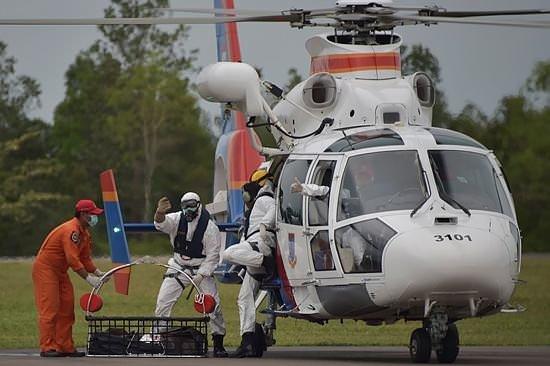 Endonezya uçağının kuyruk kısmı bulundu