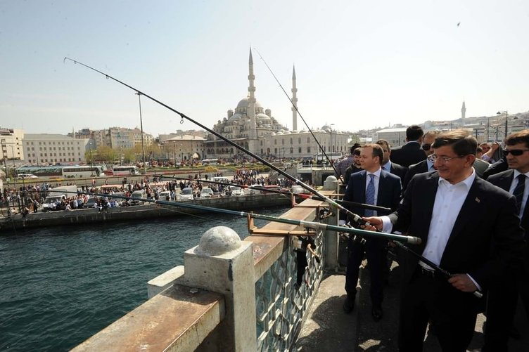 Davutoğlu Galata Köprüsü'nde yürüdü, balık tuttu