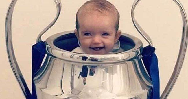 Sneijder'in oğlu kupanın içinde büyüyor