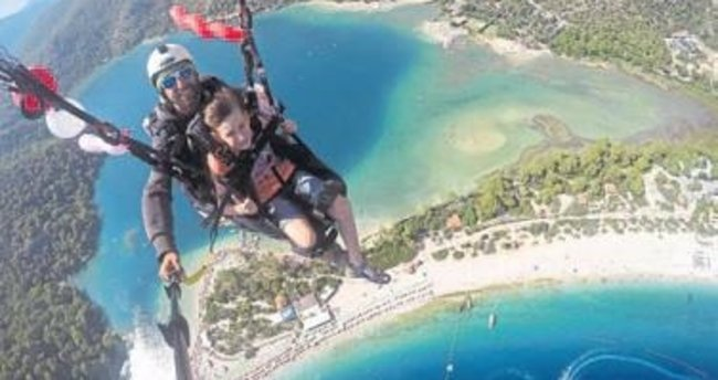 Paraşütle uçarken yaşgününü kutladı