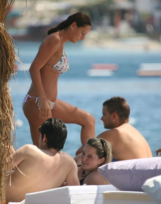 Hamile Pınar Altuğ'un bikinili şovu