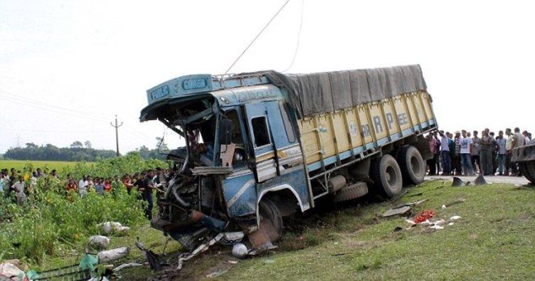 Hindistan'da kamyon kazası: 20 ölü