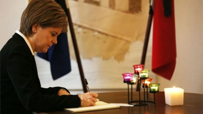 İskoçya Başbakanı Sturgeon referandum mektubunu imzaladı! O poz olay yarattı!
