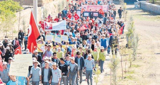 Niğdeli öğrenciler Ömer Halisdemir'e yürüdü