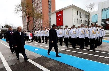 Davutoğlu'na polislerden tarihi sürpriz