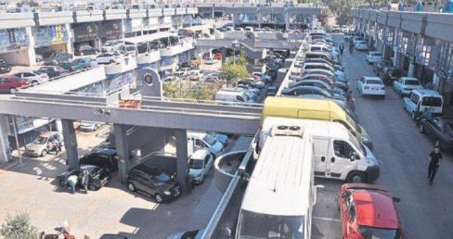 İzmir'de ikinci el oto pazarı hareketlendi
