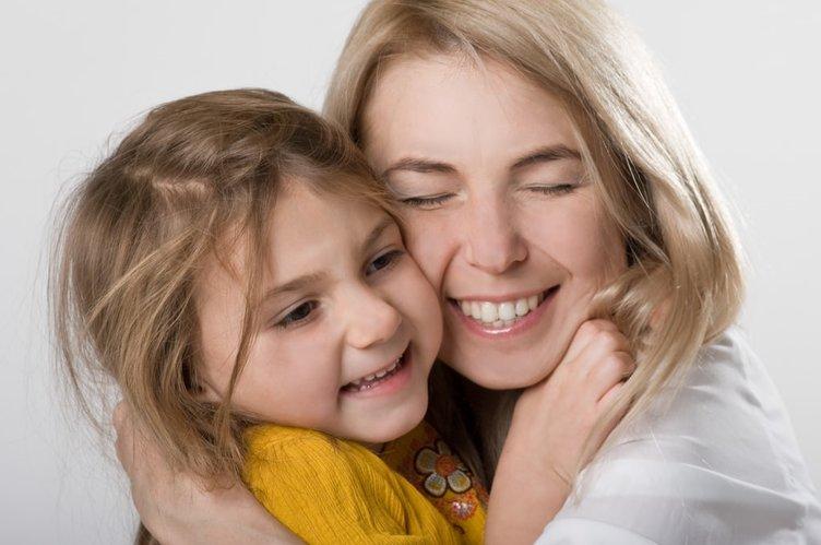 Çocuğunuzun sizi sevdiğinin 12 işareti