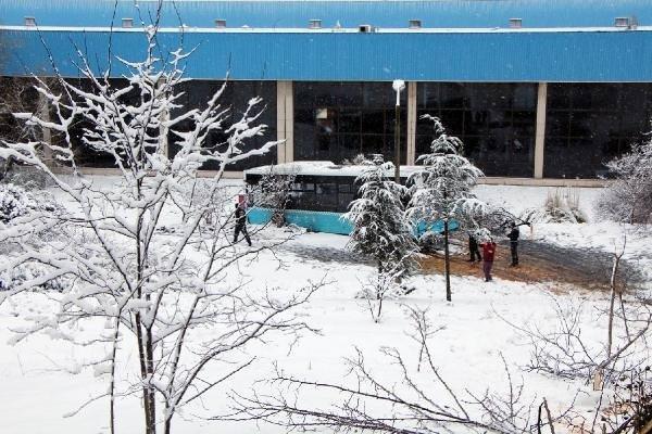 Yolcu dolu özel halk otobüsü işyeri bahçesine uçtu